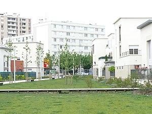 Bassin de rétention paysager réalisé en espace public à Stains: La Seine-Saint-Denis se veut à la pointe des modes alternatifs d'assainissement pluvial en milieu très urbainLors de pluies importantes, l'eau est stockée sur une faible hauteur dans les mouvements artificiels du sol, avant d'être rejetés lentement dans le réseau pluvial, ce qui réduit les risques d'inondations par ruissellement et ceux de débordement des rivières