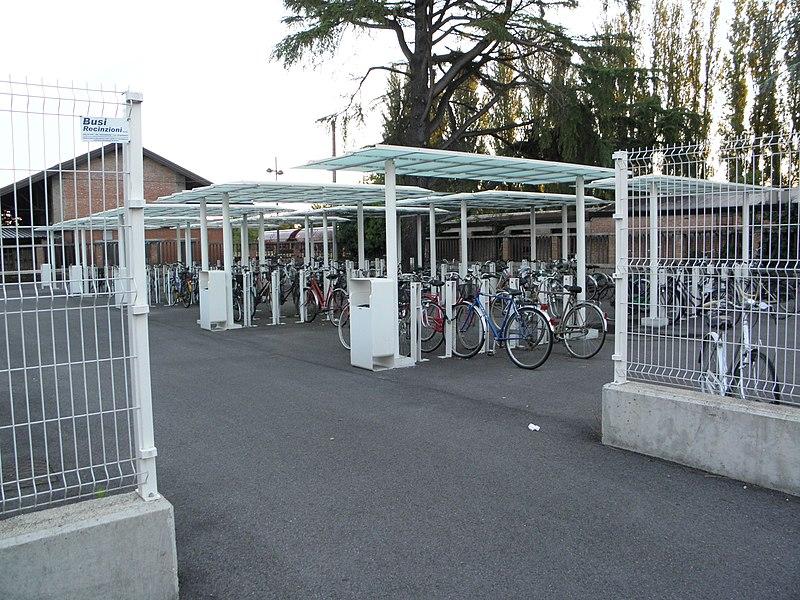 File:Stazione ferroviaria di Rovigo, zona parcheggio biciclette.JPG
