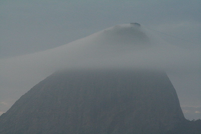 Ficheiro:Sugarloaf Mountain in Rio Brazil - with cloud layer.JPG