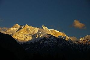 Nordwestansicht der Annapurna: links der Hauptgipfel, daneben die Westschulter, in der Bildmitte der Fang