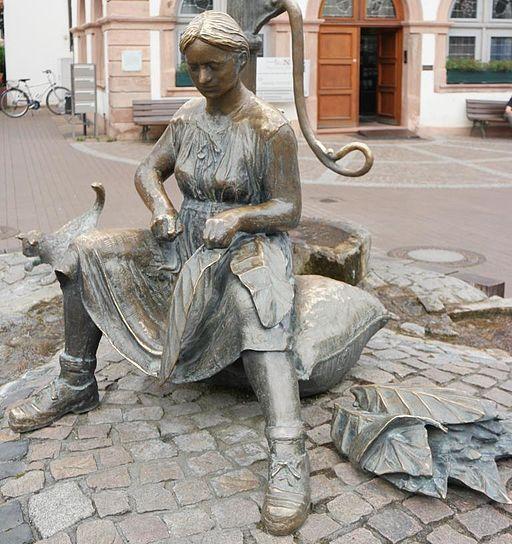 Tabakbrunnen auf dem Marktplatz von Lorsch (Bildhauer: Siegfried Speckhardt)