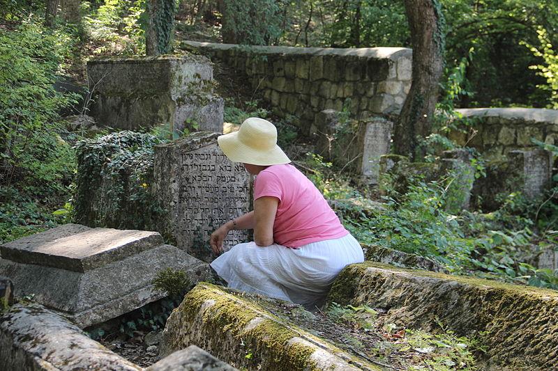 File:Tchufute Kalei Jewish cemetery.JPG