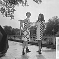 Teenbeat Look 1966, zwart-wit geblokt dessin van couturie Henk Wichers, Bestanddeelnr 918-1851.jpg