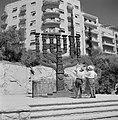 Twee voorbijgangers kijken en wijzen naar een menora op straat van 5 meter hoog , Bestanddeelnr 255-2235.jpg