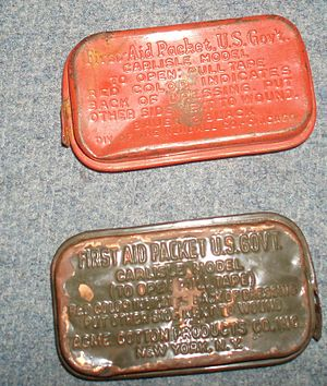 Field dressing (bandage) - US-military first aid packet in sheet-metal packet, Era of 2nd World War.