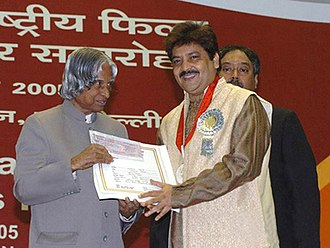Udit Narayan - Udit Narayan receiving award for the Best Male Playback Singer Award from former President of India A.P.J. Abdul Kalam
