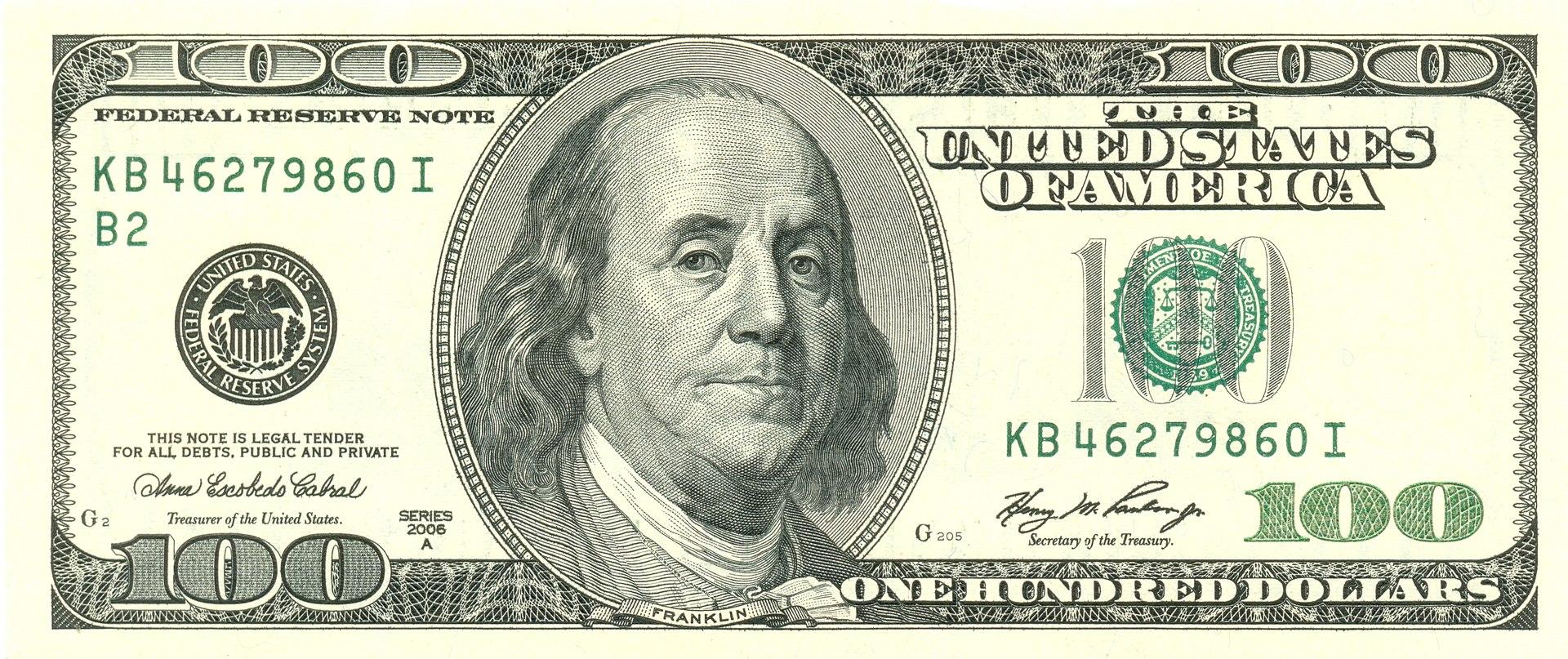 Bankovka 100 dolarů s portrétem Benjamina Franklina