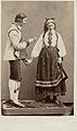 Världsutställningen i Paris 1867. Man och kvinna i dräkter från Hetterdal, Telemarken, Norge - Nordiska Museet - NMA.0039950.jpg
