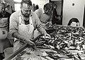 Visbedrijf Pronkvis IJmuiden. Het met de hand sorteren van zoute haring. Aangekocht in 1987 van United Photos de Boer bv. - Negatiefnummer 26391 k 24. - Gepubliceerd in het Haarlems Dagblad van 07.06.JPG