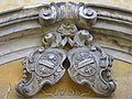 Vtelno - kostel - opatské znaky v portálu.jpg