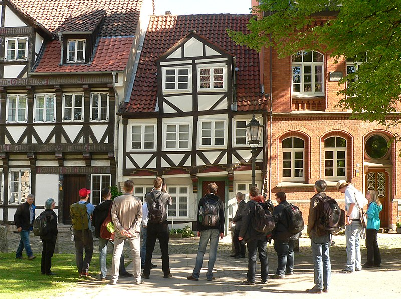 File:Wiki Loves Jules Verne Magniviertelführung Gruppe 1.jpg