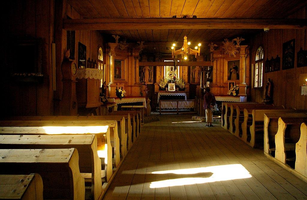 Intérieur en bois de l'église Saint Clément à Zakopane.