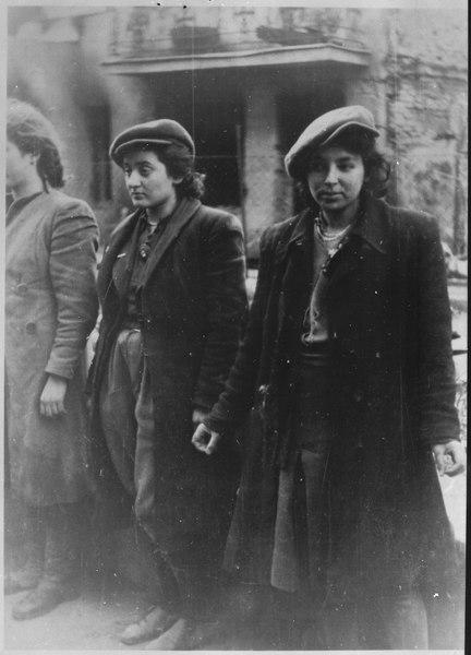Femmes arrêtées pendant l'insurrection du ghetto de Varsovie.