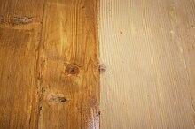 Pannello in legno verniciato nella parte sinistra con una mano di olio di lino cotto.