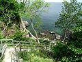 Zejście do jaskini w Helligdomsklipperne - panoramio.jpg