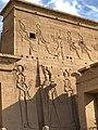 Égypte, Île Agilka, Complexe de Philae, Temple d'Isis, Premier pylône, Détail des bas-reliefs du côté droit (49758237157).jpg
