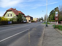 Říčany, Černokostelecká, zastávka Rychta, domy Dobrovského 1 a 2.jpg