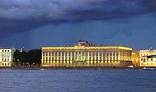 Il prospetto del palazzo sul fiume.
