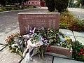 Пам'ятний знак на честь вчителів і випускників школи, які загинули на фронтах Великої Вітчизняної війни 1941-1945р 01.jpg