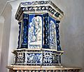 08 La stufa di questa stanza, nel lato frontale, raffigura l'uva ed il vino. Da secoli Mezzocorona è Cittadella del vino.jpg