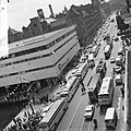 1 mei grote drukte van toeristen in Amsterdam bij rondvaarthaven, Bestanddeelnr 916-3785.jpg