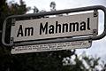 Am Mahnmal, Heisterberg, Straßenschild bei Velber mit Legende, Am 04.02.1994 wurde das KZ-Mahnmal Ahlem nach jahrelangem Engagement des Arbeitskreises BÜRGER GESTALTEN EIN MAHNMAL der Öffentlichkeit übergeben.jpg