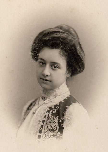 Amina Syrtlanoff (Cheikh-Ali).jpg
