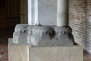 Base d'un pilier d'angle de cloître
