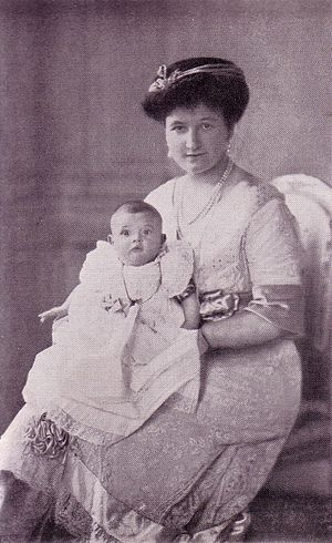 Frigyes Szapáry - Hedwig von Szapáry with daughter. St Petersburg, 1914.