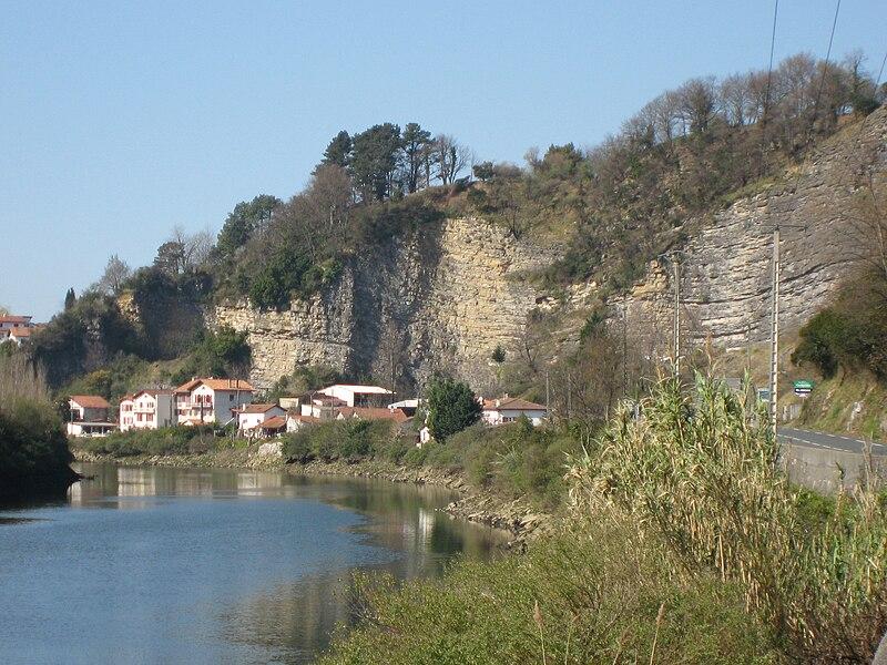 La Bidassoa et le village de Biriatou. Vue vers l'aval et vers l'ouest depuis la D811 près de la redoute Louis XIV. L'Espagne est à gauche (en rive gauche). Le pont de Béhobie, sur la commune d'Urrugne, est à environ 500 m devant nous, après le coude de la rivière.