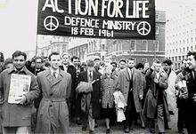 Bertrand Russell leads anti-nuclear march in London, Feb 1961.jpg