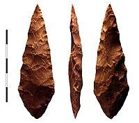 Bivizaĝa silkretepunkto de M1-fazo (71,000 a.K.) tavolo de Blombos Cave, Sudafriko