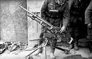 Bundesarchiv Bild 101I-125-0289-29, Frankreich, Soldat (frz.-) MG untersuchend