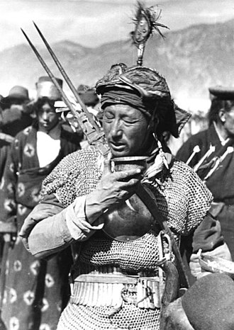Tibetan warrior in chainmail reinforced by mirror plate Bundesarchiv Bild 135-S-14-13-33, Tibetexpedition, Neujahrsparade, Rta pa.jpg