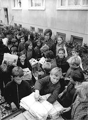 ADN-ZB-Bartocha-3.10.72-la-Neubrandenburg: Pioniere sammeln Altpapier für Weltfestspiele - Zur Vorbereitung der X. Weltfestspiele führten Pioniere, FDJler, Hausgemeinschaften und Ausschüsse der Nationalen Front in Neubrandenburg-Ost eine Großaktion durch, um Altstoffe zu erfassen. Der Erlös von rund 140 000 (140 000) Mark wird als Beitrag der Bevölkerung des Bezirkes Neubrandenburg auf das Festivalkonto überwiesen.