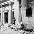 Bundesarchiv Bild 204-014, Berlin, sowjetischer Soldat vor Ruine.jpg