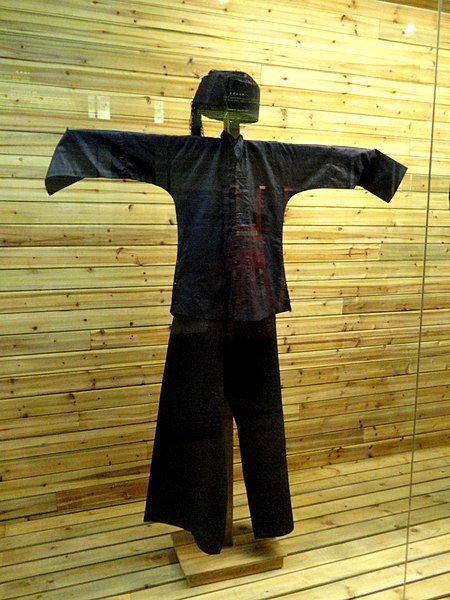 Tiedosto:Buyi man polished-cloth clothes - Yunnan Nationalities Museum - DSC04246.JPG