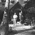 COLLECTIE TROPENMUSEUM Portret van een man in de tuin TMnr 60030415.jpg