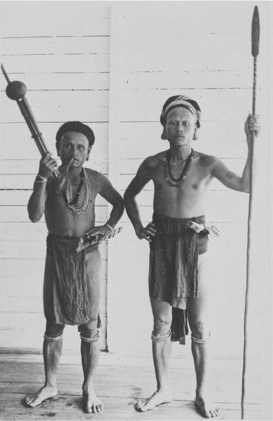 File:COLLECTIE TROPENMUSEUM Portret van twee Iban Dajak mannen met een kledi een muziekinstrument en speer Borneo. TMnr 60045273.jpg