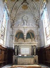Autel de marbre au premier plan surplombé par la voûte de la chapelle et ses deux grandes verrières de chaque côté
