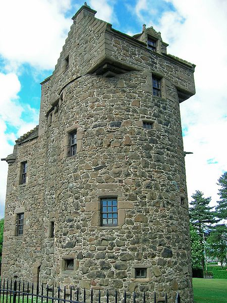 File:Claypotts Castle sideview.jpg