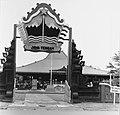 Collectie NMvWereldculturen, TM-20001053, Negatief, 'Poort naar Jawa Tengah in Taman Mini Indonesia Indah', fotograaf Boy Lawson, 1977.jpg