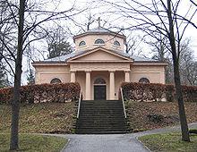 Die Fürstengruft Weimar auf dem Historischen Friedhof in Weimar, hier wurden 1827 sterbliche Überreste beigesetzt, die man irrtümlicherweise Friedrich Schiller zugeschrieben hatte. (Quelle: Wikimedia)