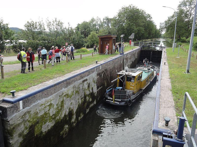 Crévéchamps (M-et-M) canal de l'Est écluse avec bateau