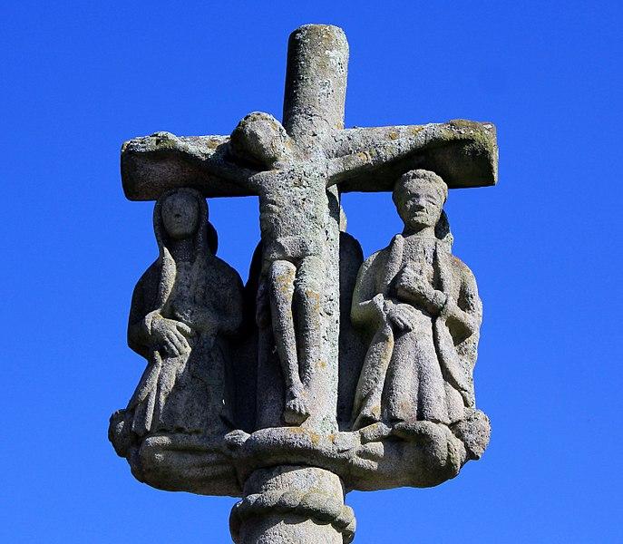Croix de cimetière de Saint-Allouestre, Morbihan, France. Scène de la crucifixion sur la face ouest de la croix.