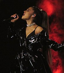 b95ff1855 Ariana Grande performando Dangerous Woman em sua turnê.