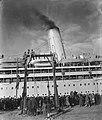 De SS Almanzora met 1900 gerepatrieerden uit Indie aan boord in de haven van Ams, Bestanddeelnr 901-3337.jpg