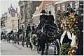 De begrafenisstoet van de Haarlemse woonwagenbewoner Alexander (Lex) Schneider trekt langs het Teylers museum. NL-HlmNHA 54036277.JPG