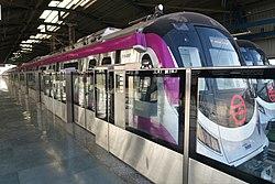 Un tren del metro de Delhi en la línea Magenta