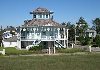 """Holy Cross, New Orleans - The Doullut """"Steamboat houses"""" from the start of the 20th century"""